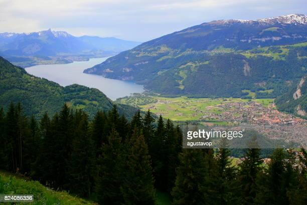 Au-dessus Interlaken - vue aérienne de lac et le paysage urbain, paysage de conte Fary à l'aube: idyllique vallée alpine et de prairies, de dramatique Suisse Alpes enneigées, un paysage idyllique, Oberland bernois, Alpes suisses, Suisse