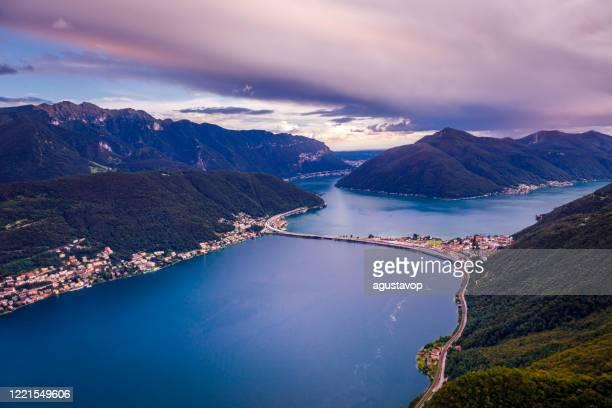 夕日とスイスアルプスの風景でルガーノ湖の上 – ティチーノ, スイス - スイス ルガーノ ストックフォトと画像