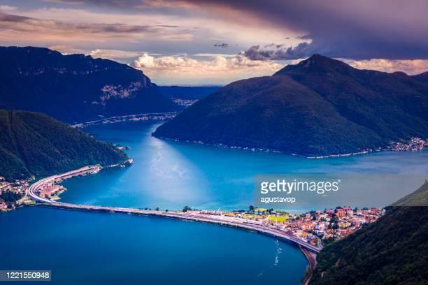 au-dessus du lac lugano au coucher du soleil et du paysage suisse des alpes - tessin, suisse - paysage enchanteur photos et images de collection