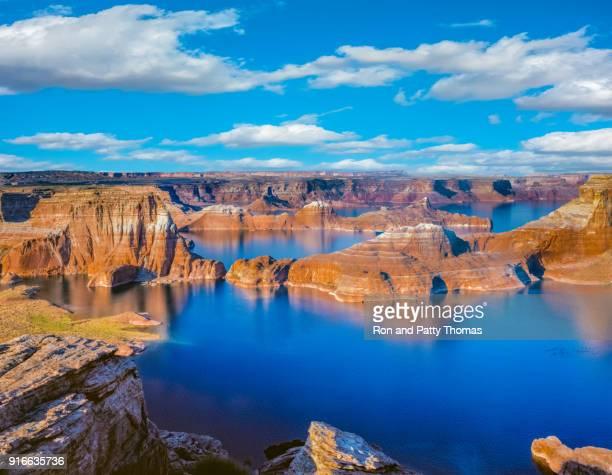 boven lake powell in page, arizona verenigde staten - powellmeer stockfoto's en -beelden