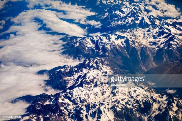 sopra il massiccio innevato del monte bianco e le maestose alpi - alpi francesi e italiane - parco nazionale del gran paradiso foto e immagini stock