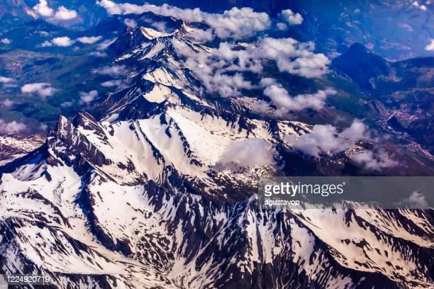 sopra il massiccio del monte bianco innevato e maestose alpi – alpi francesi e italiane - parco nazionale del gran paradiso foto e immagini stock