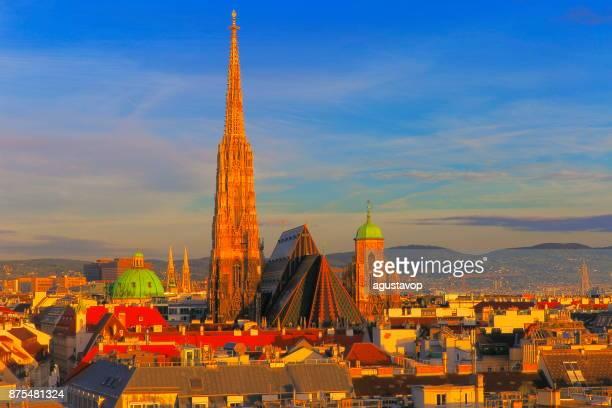 Oben genannten Wiener Stadtbild und Stephansdom Dach, urban Skyline bei Sonnenuntergang-Wien, Österreich