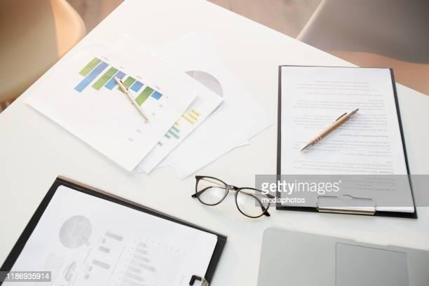 ビジネスドキュメント、ペン、オフィスデスクの眼鏡、財務、予算のコンセプトの上のビュー - 保険 ストックフォトと画像