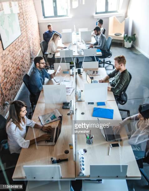 boven mening van zakenmensen die bij hoofdkantoor werken. - netjes informeel stockfoto's en -beelden