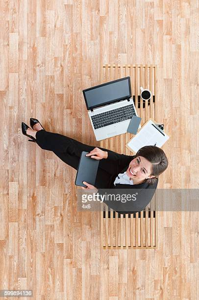 Vista de arriba de mujer de negocios utilizando tablet