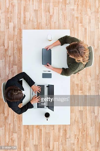 Vista por encima de mujeres empresarias trabajando juntos