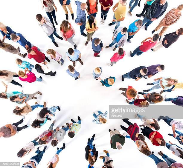 Luftaufnahme der Menge der Menschen kommunizieren.