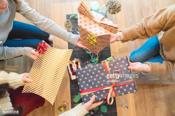 友人のビューの上交換クリスマス プレゼントします。 - 贈り物 ストックフォトと画像