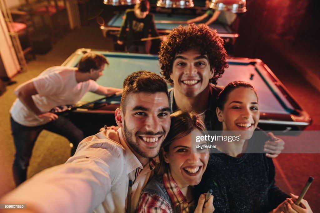 Über Ansicht der happy Friends statt eine Selbstporträt Fotografie in einer Schwimmhalle. : Stock-Foto