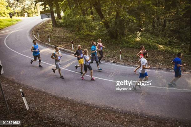 マラソン ランナーの道をレースの大規模なグループのビューよりも上。 - ハーフマラソン ストックフォトと画像
