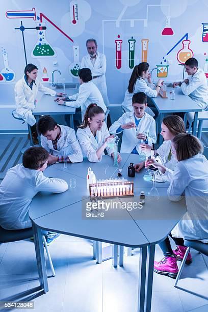 Vue du haut de grand groupe de étudiants au cours de chimie.