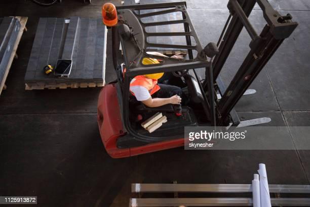rijdt een vorkheftruck in aluminium molen boven weergave van arbeider. - terugtrekken stockfoto's en -beelden