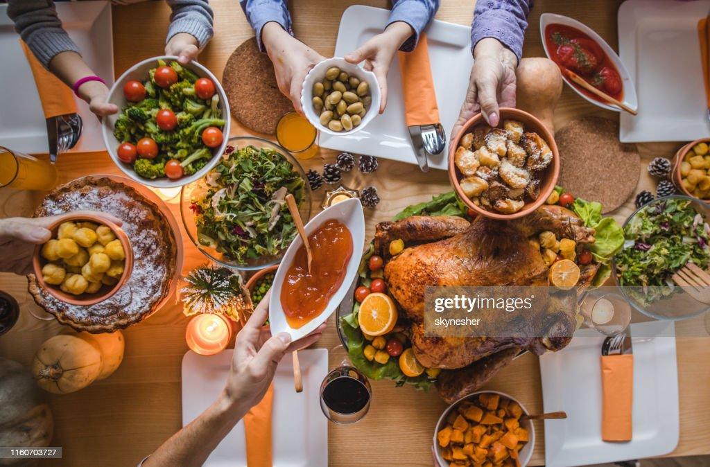 感謝祭の夕食の間に食べ物を渡す上のビュー。 : ストックフォト