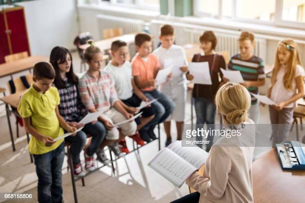 Avant avis des enseignants répétition avec le choeur d'enfants.