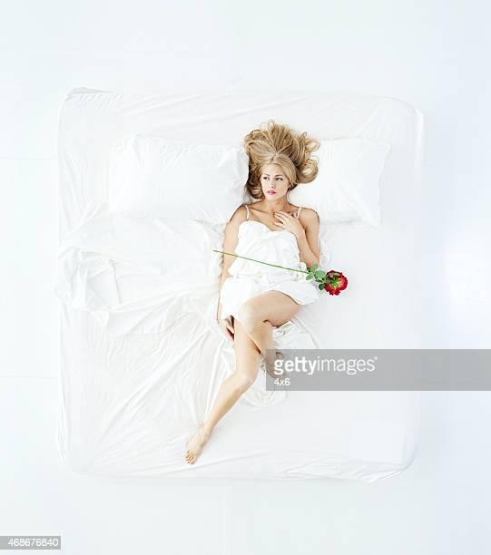 上から見る女性のベッドに横たわるとフラワー