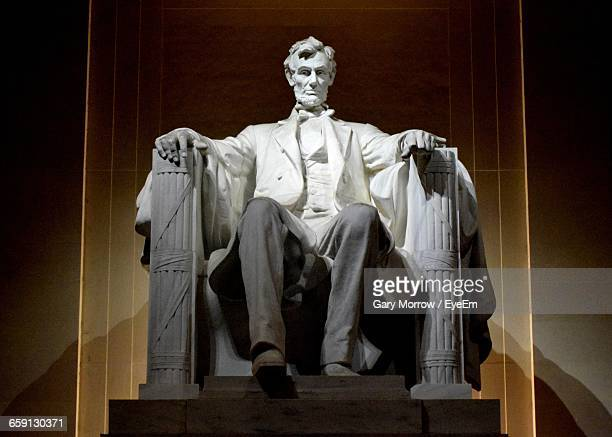 abraham lincoln statue at lincoln memorial - lincoln memorial stock pictures, royalty-free photos & images
