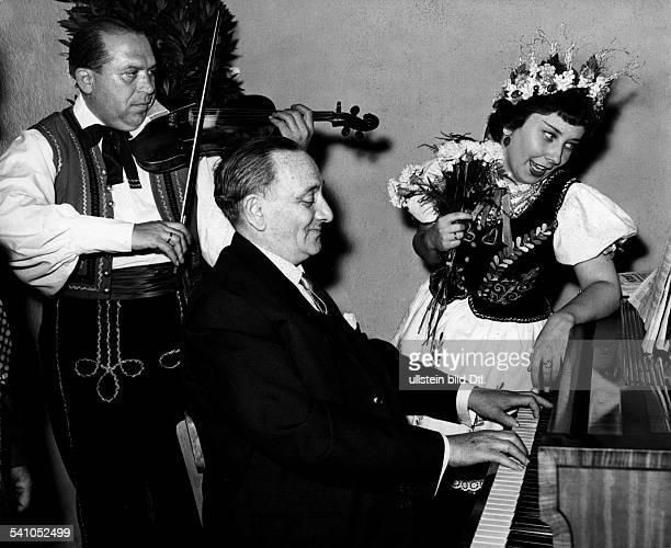 Abraham Paul *02111892Komponist Ungarn als Patient in der Hamburger Uniklinik spielt Klavier im Hintergrund ungarische Musiker die ihn besuchen 1956