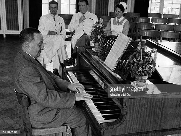 Abraham Paul *02111892Komponist Ungarn der Komponist der nach 23 Jahren in den USA nach Deutschland zurueckgekehrt ist laesst sich in der Hamburger...