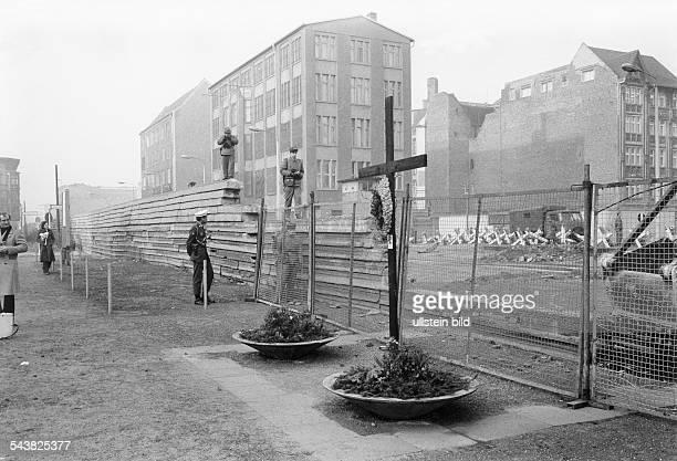 Abrissarbeiten des Mauerstückes andem Peter Fechter verblutete durch Pioniereinheitender DDR unter Bewachung von Grenzsoldatenund Ersetzung durch ein...