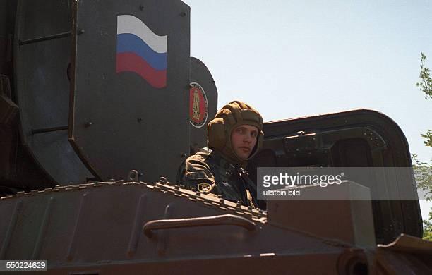 Abschiedsparade der russischen Streitkräfte in Berlin Schöneweide Soldat schaut aus dem Panzer