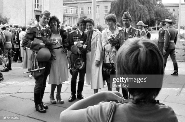 Absolventen der Militärakademie Friedrich Engels Dresden werden im Juli 1983 in Anwesenheit ihrer Familienangehörigen mit einer offiziellen Zeremonie...