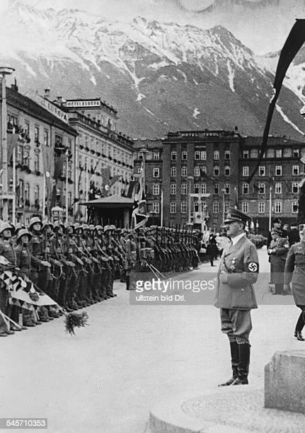 Abstimmung über den Anschluss Österreichs und `Wahl' zum `Grossdeutschen Reichstag' Adolf Hitler nimmt die Meldung einer angetretenen Ehrenkompanie...