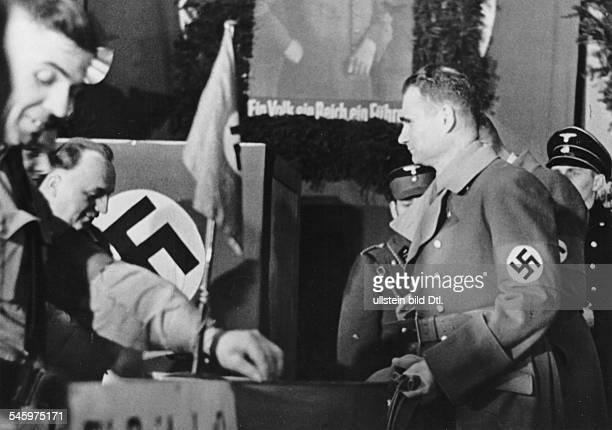 Abstimmung über den Anschluss Österreichs und `Wahl zum Grossdeutschen Reichstag' Rudolf Hess nach der Rückkehr aus Wien bei der Stimmabgabe in einem...