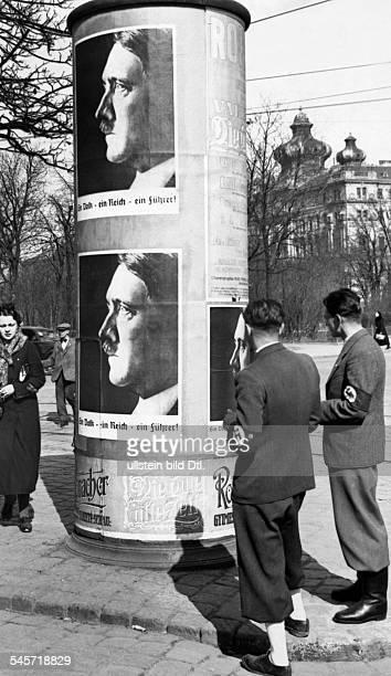 Abstimmung über den Anschluss Österreichsund `Wahl zum Grossdeutschen Reichstag'Die ersten Plakate an einer Wiener Anschlagsäule