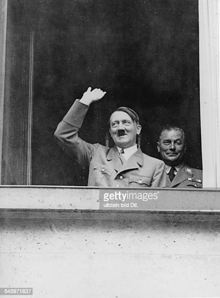 Abstimmung nach der Übernahme der Befugnisse des Reichspräsidenten durch Adolf Hitler Hitler grüsst von einem Fenster der neuen Reichskanzlei aus die...