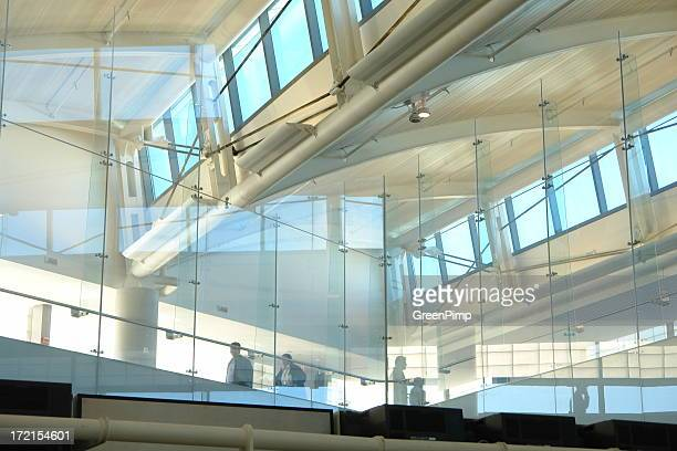抽象的な建築のガラスのパターン空港