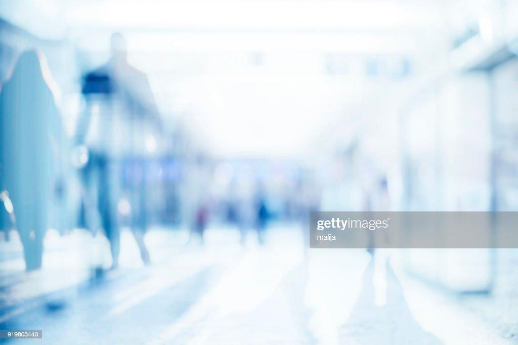Zusammenfassung Hintergrund des leeren Raumes mit Silhouetten von Passanten : Stock-Foto