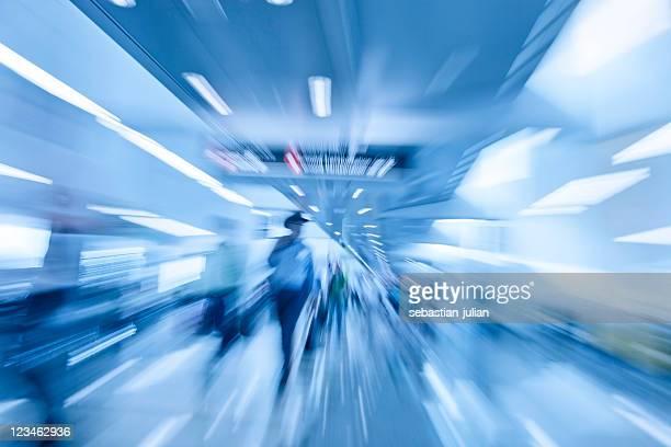 abstracto los trabajadores en movimiento borroso en el aeropuerto - grupo mediano de personas fotografías e imágenes de stock