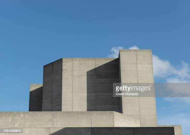 abstract concrete shapes of a brutalist building against blue sky - ロンドン サウスバンク ストックフォトと画像
