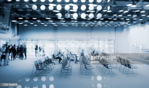 grupo abstracto de empresarios en el centro de convenciones - ancho fotografías e imágenes de stock