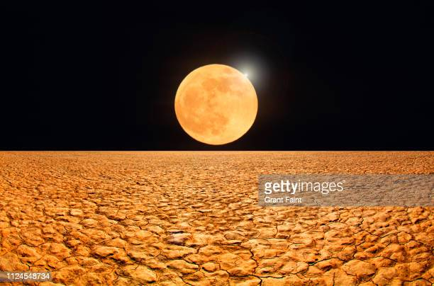 abstract image, moonrise over desert. - image photos et images de collection