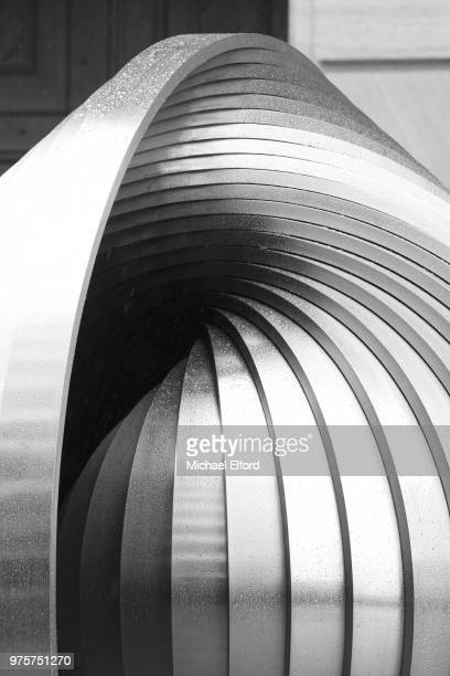 abstract metal sculpture, brisbane, australia - sculptuur stockfoto's en -beelden