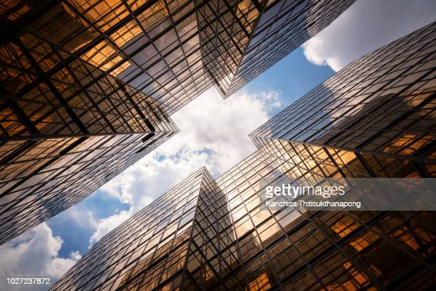 abstract mirror building texture - wolkenkrabber stockfoto's en -beelden