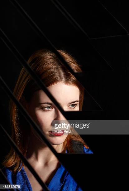 abstract mirror shoot - alleen één jonge vrouw stockfoto's en -beelden
