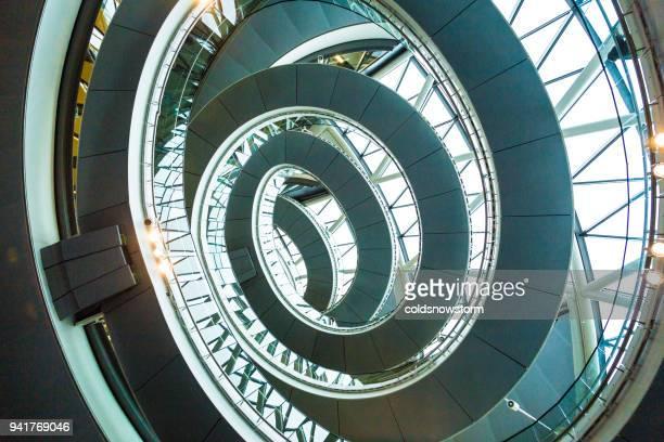 abstrakte moderne architektur und wendeltreppe in london, großbritannien - bogen architektonisches detail stock-fotos und bilder