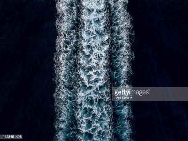abstract of a wake water splash - mannschaftskapitän stock-fotos und bilder