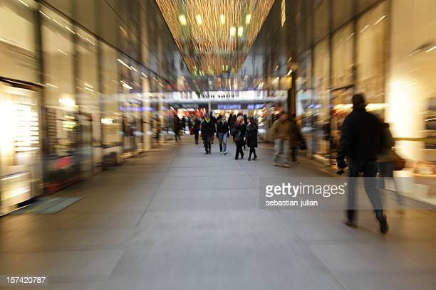 Abstrakte Menschen in der mall-lange Belichtung