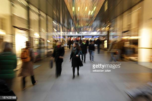 Abstrait personnes boutiques-motion floue avec zoom