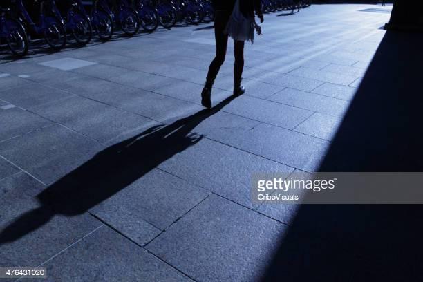 Abstract Silueta de la ciudad de Nueva York mujer de negocios caminando al trabajo