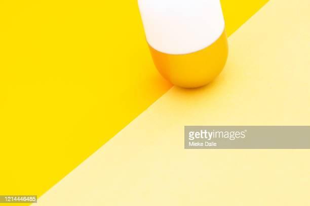 abstract voorwerp op gekleurde achtergrond - gekleurde achtergrond stock pictures, royalty-free photos & images