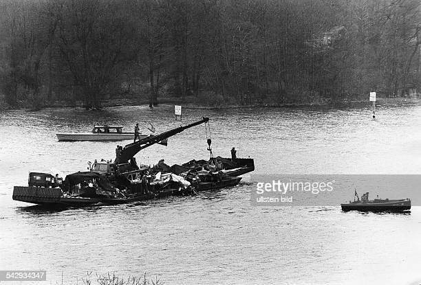 Absturz eines Sowjetischen Düsenjägers vom Typ Yak 28 am 6April 1966 in den Stößensee in Berlin Bergungsarbeiten der britischen Alliierten