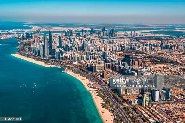 abu dhabi innenstadt wohngebiet und eine stadtküste, von einem hubschrauber, vae - abu dhabi stock-fotos und bilder