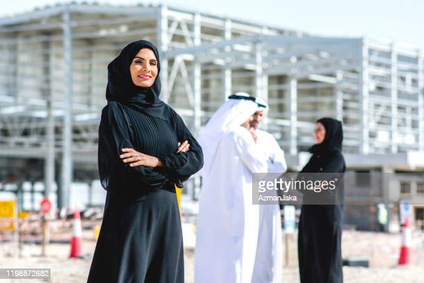 abu dhabi female construction professional and colleagues - united arab emirates stock pictures, royalty-free photos & images