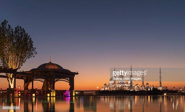 abu dhabi, sheik zayed grand mosque at sunset - moschee stock-fotos und bilder