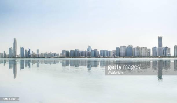 abu dhabi skyline - uferviertel stock-fotos und bilder